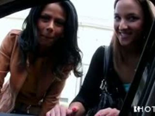 Šis two friends pick two strange meitenes uz the iela un