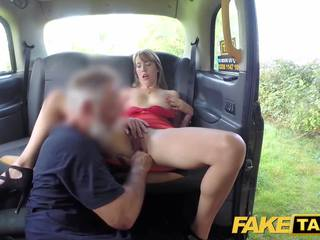Fake taxi dame in kort jurk gets een taxi creampie