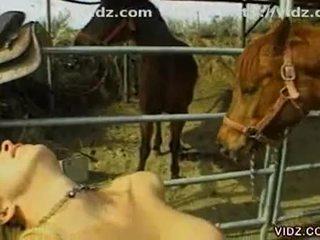 Silicium tieten ondeugend lesbisch sluts making uit in de ranch