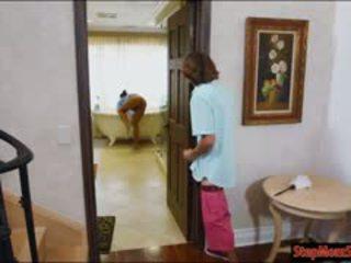 Quente empregada abby lee brazil sexo a 3 com milf