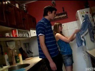 Irresistible adoleshent gets fucked në the guzhinë