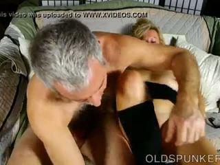 Super sexy oud spunker loves het wanneer u sperma in haar mond