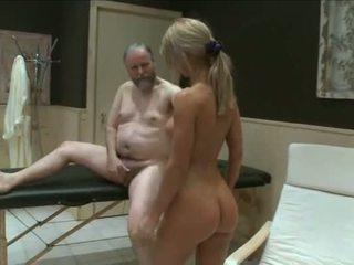 Two jauns meitenes jāšanās vecs garndpa uz sauna