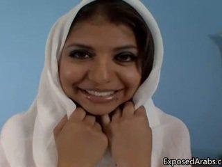 Natuurlijk egyptisch meisje gets haar poesje
