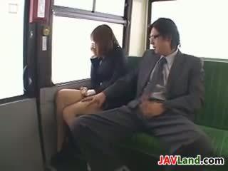 Japans meisje zuigen lul in de bus
