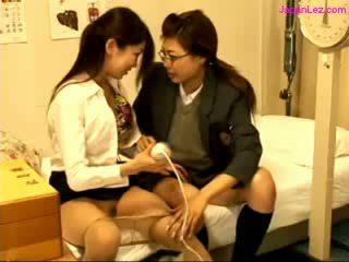 Aluna e médico stimulating bichanos com vibrador em o cama em o schoolhospital
