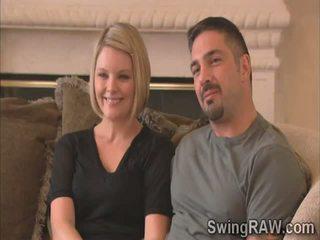 金髪の人 と 夫 伝える 彼らの 経験 として swingers で 現実 ショー