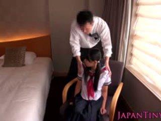 Klein japans schoolmeisje geneukt door bedrijf man