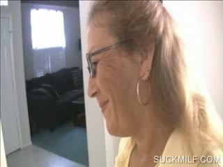 Ibu dan perempuan menghisap yang dong