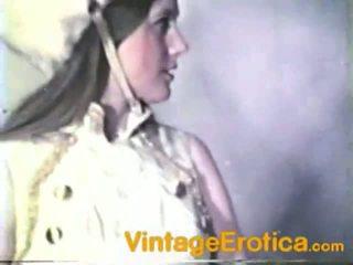 Vintage lesbo prestatie rond meisjes binnenin band