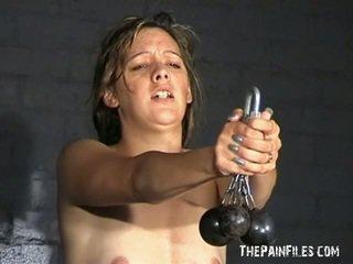 Dīvainas meitene soldiers pazemošana un resnas shafting sadism treniņš