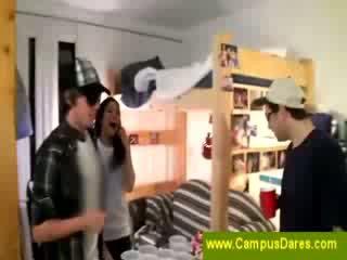 Nerātnas alus dzerošas spēle pie campus