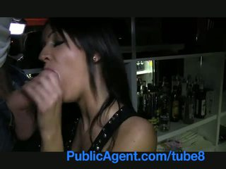 Publicagent 美麗 褐髮女郎 barmaid gets 性交 背後 該 酒吧