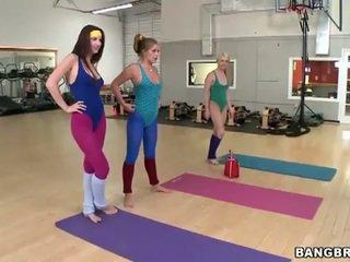 Секси мадами комплект а лесбийки threeway в на гимнастически салон