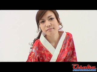 Eri is de vers geisha dat learns hoe naar kiss banaan en does het zoals een expert