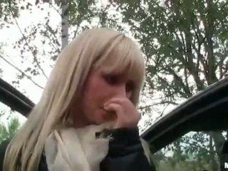 Seksuālā čehi meitene twat stuffed uz viņai automašīna