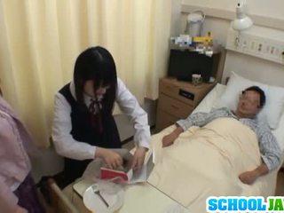 الآسيوية تلميذة visits male صديق في مستشفى إلى ل