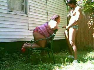 Grande mamãe chupar pila outdoors