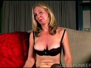 Poredne old spunker loves da pogovor umazano in predvajanje s ji sočno muca