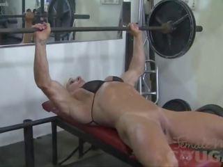 Female bodybuilder lacey works ārā un masturbates