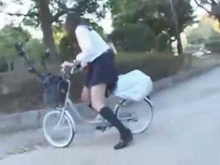 Japonez fata calarind o vibrating bicicleta thru the oraș (public squirting)