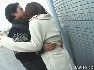 热 日本语 青少年 exhibs 和 gets 性交 户外