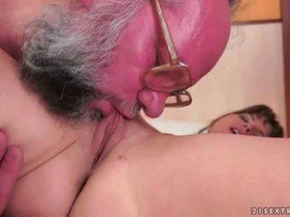 Oud farts vs tiener meisjes having seks