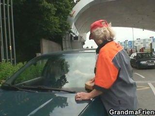 Blondīne vecmāmiņa has trijatā outdoors
