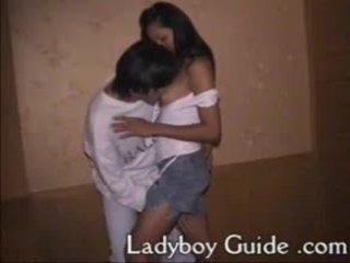 Kuuma povekas aasialaiset ladyboy imevien