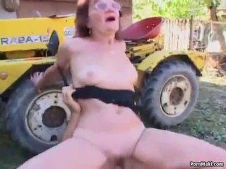 Roodharige oma geneukt in de terug yard
