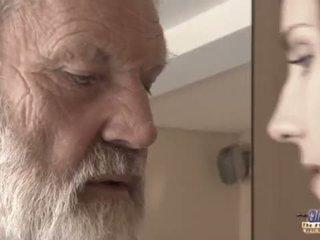 Teenie dziewczyna w ból fucks stary człowiek na pikantny oblivion