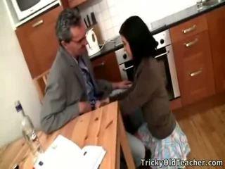 Seksikäs ruskeaverikkö koulutyttö acquires banged mukaan hänen pedagogue