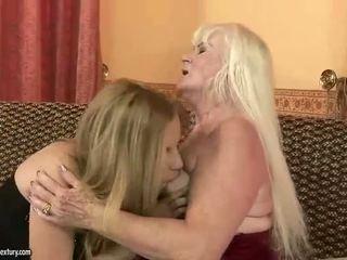Neglītas vecmāmiņa loves simpatiska pusaudze