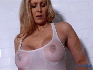 Sexy milf julia ann lathers haar groot tieten in douche!