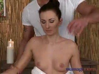 Massage rooms groß rallig frau ist geölt nach oben und gefickt von hengst mit groß schwanz