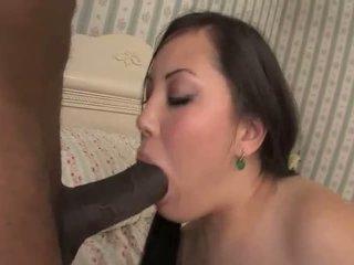 Tina lee sucks a שחור זין לפני מזיין זה