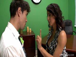 Skaistas mammīte barbel enjoys a dzimumloceklis un a finger