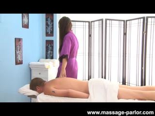 Karina blank gives een sexy massage