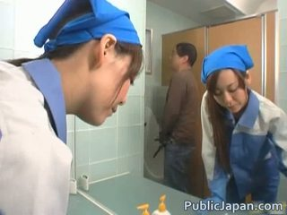 Aziatisch executive meisje geneukt in een publiek bus gratis video-