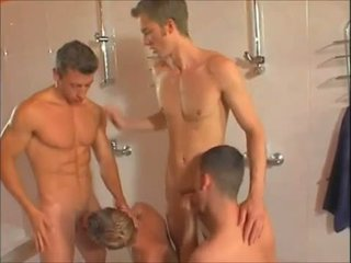 Caliente gay showers orgía