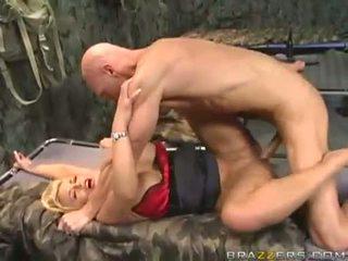 Krūtainas blondīne uz armija gets viņai milzīgs boobies covered ar sperma
