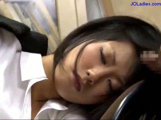 Kontor dame soving på den stol getting henne munn knullet licking guy kuk i den kontor