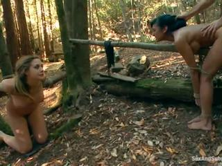 Tied augšup chanel preston has viņai brūns tunnel bumped uz a mežs