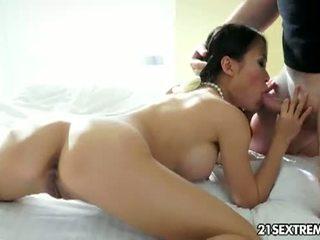 21 sextreme: vietnamees brunette pussykat sucks een hard lul