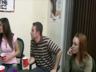 Sexy amerikaans students are drinken tequila van een bigtit dolls memmen