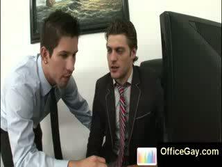 Homo guy โดนจับได้ การช่วยตัวเอง ที่ ทำงาน บน ออฟฟิศ