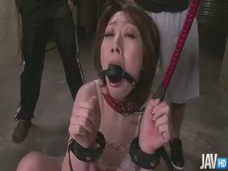 Delectable rio kagawa ar aizsietām acīm led par a leash un skull