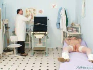 Gaišmatis vecmāmiņa multiple squirting laikā a gyno checkup