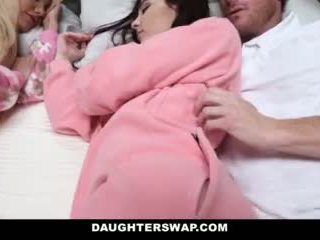 Daughterswap - daughters gefickt während slumberparty