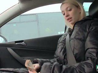 Čehi palaistuve mina flashes viņai masīvs bumbulīši